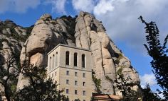 Montserrat Day Trip Barcelona is a beautiful Spanish city to visit, but it's also an excellent base for taking a day trip to Montserrat, Spain. Barcelona Day Trips, By Train, Long Weekend, Hiking Trails, Paths, Mount Rushmore, Spanish, To Go, Places To Visit