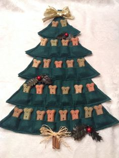 Dogs love Christmas too! Countdown to Christmas for your pup with this Puppy Treat Tree Advent Calendar! Christmas tree-shaped Advent calendar with 25 pockets (not the traditional Fill each pocket with your dog's favorite small dog biscuit. Christmas Countdown, Christmas Dog, Christmas Crafts, Christmas Calendar, Christmas Animals, Diy Pour Chien, Ideas Decoracion Navidad, Puppy Treats, Dog Crafts