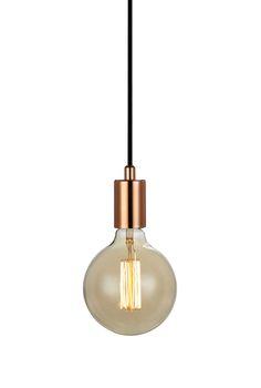 Sky fönsterpendel i koppar från Markslöjd. Metall bas. 3,5m textilklädd sladd med krokupphäng. Väggkontakt. Strömbrytare på sladden. Stor lamphållare (E27). 1x60W glödlampa eller motsvarande styrka i halogen, lågenergi eller LED. Ljuskälla ingår ej.  #pendel #light #lamp #lampa #markslöjd #sky  #interior #interiör #inspiration