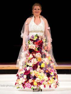 Unieke trouwjurk van zijden bloemen bob-photos.com