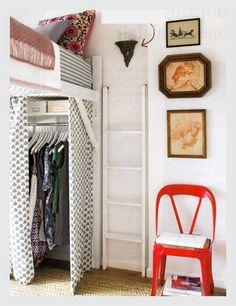 Faça de sua cama um loft!   Fazer um armário em baixo da cama é uma idéia muito (mas muito mesmo!) criativa para a sua falta de espaço! http://sossolteiros.bol.uol.com.br/20-truques-para-casa-ou-quarto-pequeno/