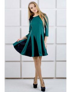 Платье, выполненное в комбинации из двух видов ткани: трикотаж+гипюр. Силуэт прилегающий. Расклешенная юбка. Линия плеча дополнена вставками из гипюра. Рукава ¾. Рост модели на фото 167 см.