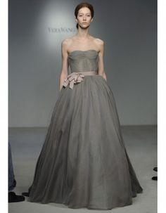 Vestido de novia corte princesa y escote strapless. Tren de organza y falda plisada, corsé de tul. Vera Wang 2012