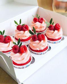 Люблю разбавлять торты этими малышами😍Капкейки очень фотогеничные модели👌🏼🌿А я меж тем помню, что обещала рецепт курда из маракуйи ☝🏼Сегодня вечером ждите😉 Fluffy Cupcakes, Fruit Cupcakes, Baking Cupcakes, Yummy Cupcakes, Cupcake Cookies, Strawberry Cupcakes, Polymer Clay Sweets, Baking Recipes, Dessert Recipes