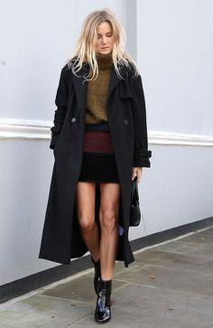 Lucy Williams aposta em mini saia no inverno com maxi tricot turtleneck tricolor, casaco sobretudo preto e botas pretas de verniz
