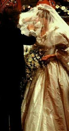 Princess Diana - Lady Diana Spencer and Prince Charles wedding - 29 July 1981 Diana Wedding Dress, Princess Diana Wedding, Princess Diana Fashion, Princess Diana Pictures, Princess Diana Family, Princes Diana, Royal Princess, Prince Charles Wedding, Charles And Diana Wedding