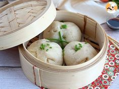 This asiatic recipe will for sure enchant you : steamed for a fluffy texture, it is stuffed with a delicious mix of meat and vegetables! Asian Recipes, Healthy Recipes, Ethnic Recipes, Bao Buns, Steam Recipes, Dough Ingredients, Steamed Buns, Bun Recipe, Diy Food