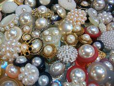 La Casa de los Botones - México, D.F., México. perlas, perlas, perlas.....naturales y de fantasia......wow....te vas a ver divina con nuevas botones de perlas....tipo chanel!!
