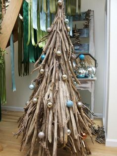 bolas decorando el árbol de navidad original