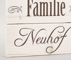 Dieses schöne Familienschild besteht aus drei, miteinander verbundenen Holzbrettchen.  Eine tolle Geschenkidee, aber auch ein individuelles Schild für dich und deine Familie.