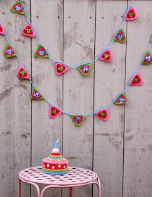 DIY Crochet Flower Garland Free Pattern Hanging on the Wall - Crochet Bunting, Crochet Cake Crochet Home, Love Crochet, Diy Crochet, Crochet Crafts, Yarn Crafts, Crochet Projects, Crochet Flower, Crochet Bunting, Crochet Garland