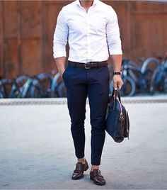 We rounded up 8 amazing looks you can try with your white shirt, from pairing it with ripped denim or cool chinos. Now, to help you style your white shirt right, we've put together 8 insanely cool photos of guys wearing a crisp white shirt. White Shirt Outfits, White Shirt Men, Outfit Jeans, White Shirts For Men, Casual Outfits, Mens Fashion Blog, Fashion Mode, Mens Fashion Shoes, 80s Fashion