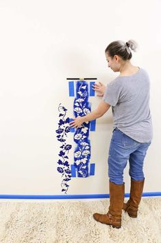 DIY Floral Accent Wall With Stencils. Dark florals are super trendy and look amazing in a bedroom or on a back splash in a kitchen. This DIY stencil project is simple but elegant and the finished accent wall looks like a professional did it. Diy Home Decor On A Budget, Decorating On A Budget, Unique Home Decor, Diy House Projects, Diy Craft Projects, Decor Crafts, Stencil Diy, Stencils, Stencil Painting