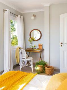 El escritorio Plaid amarillo de Filocolore, cortinas de Me&You, mesa y silla de Dimoni Gros, espejo de Matèria y jarrones de La Maison. Cestos de Jardiland.