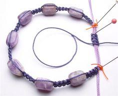 Para finalizar a pulseira é necessário utilizar uma agulha para passar um dos fios pelo centro dos nós. Em seguida faça o mesmo com o outro fio e remova o excesso.