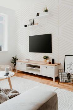 Mit dem Lowboard BERGEN 55 holen Sie sich ein schönes und praktisches Möbelstück in Ihr Wohnzimmer. Dieses misst etwa 160 x 45 x 40 cm und passt sich dank attraktivem Farbmix aus Weiß und Artisan-Eiche-Dekor perfekt Ihrer bestehenden Einrichtung an.   Nutzen Sie die obere Ablagefläche, um Ihr TV-Gerät abzustellen, die zwei offenen Fächer darunter bieten genügend Platz für Receiver, DVD-Player oder Konsole. Dieses Lowboard wertet den Raum auf und ist ein echter Hit in jedem Wohnzimmer. Living Room Shelves, Living Room Tv, Living Room Modern, Bergen, Shelves Around Tv, Television Cabinet, Tv Shelf, Home Bar Designs, Foyers