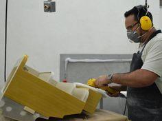 Processo de produção de um avião na Embraer, em São José dos Campos 39. Marcenaria