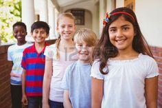 children+in+a+line%3A+Portret+van+lachende+schoolkinderen+op+school+corridor