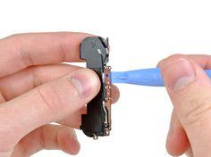 2. Begynn nær GSM-antennekabelen, bruk kanten av et plaståpningsverktøy til å fjerne antennen fra høyttalerkabinettet.