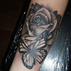 tatouage main homme, dessin sur la peau avec papillon noir et grande rose