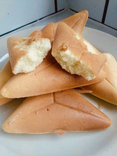 Here's a simple Kuih Bahulu recipe that you can make easily at home. With just 3 ingredients and a sandwich maker, you'll get a fluffy tea time snack. Sandwich Maker Recipes, Grill Sandwich Maker, Grilled Sandwich, No Bake Desserts, Delicious Desserts, Delicious Dishes, Good Food, Yummy Food, Tea Time Snacks