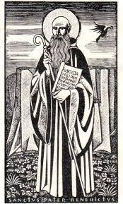 São Bento é representado segurando na mão esquerda o livro da Regra que escreveu para os monges; e, na outra mão, a cruz. Ao redor do Santo lê-se a seguinte jaculatória ou prece: