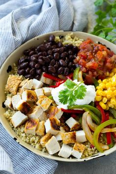 This Mexican Chicken Bowl is made with veggies and a variety of fun toppings, all served over quinoa. This recipe is full of flavor and healthy to enjoy any time of day. Invite your friends over for a mexican night with this Mexican Chicken Quinoa Bowl Chicken Quinoa Bowl Recipe, Easy Chicken Recipes, Healthy Chicken, Recipe Chicken, Good Healthy Snacks, Healthy Dinner Recipes, Quinoa Lunch Recipes, Healthy Salads, Salad Recipes