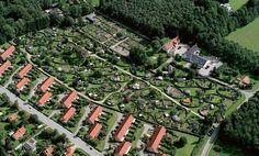Allotment gardens by Carl Theodor Sørensen. Urban Landscape, Landscape Design, Garden Design, Allotment Gardening, Vegetable Gardening, Garden Architecture, Urban Farming, Built Environment, Edible Garden