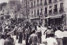 19 julio 1936.Civiles saludan y vitorean en los alrededores de la puerta del Ángel a una patrulla de Guardias de Asalto que han permanecido fieles a la Republica.