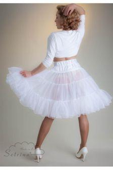 Dervoluminöse weit aufschwingende knielange Petticoat aus weichem Chiffonist ein absoluter Traum für IhrPetticoat-Kleid.Der weiße Unterrock mitdrei Lagen umschließt mit dehnbarem Bund schmal die Taille. Wunderschön wirbeln die filigran fein eingefaßtenRüschen bei jeder Bewegung und perfektionieren Ihren Petticoat-Rock. Ein MUSS für jede Braut im Fifties Kleid....