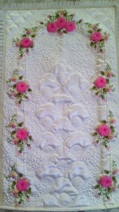 Facebook Silk Ribbon Embroidery, Hand Embroidery, Romantic Bedroom Design, Brazilian Embroidery, Machine Embroidery Patterns, Embroidery Fashion, Ribbon Work, Cutwork, Needlework