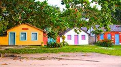 O que fazer em Trancoso Bahia Porto Seguro Praias dicas de viagem turismo costa do descobrimento Surf House, Beach House, Cottages By The Sea, Village Houses, Beautiful Landscapes, Architecture Art, Bungalow, Brazil, Tiny House