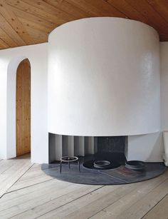brilliant fireplace by the late Catalan sculptor Xavier Corbero in Esplugues de Llobregat, a suburb of Barcelona . Houses Architecture, Barcelona Architecture, Architecture Details, Interior Architecture, Interior And Exterior, Interior Design, Stove Fireplace, Fireplace Design, Minimalist Chic