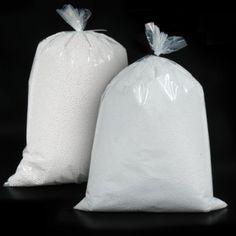 PERLITA DE POREX Perlitas de porex en bolsas de 150 gramos de 3 o 5 mm de diámetro. Un relleno versátil para cojines y embalajes de todo tipo. #MWMaterialsWorld #EPS #expandedpolystyrene #polystyrenebeads #perlita #bolaspoliestireno #embalaje #packaging Material World, Packaging, Diy, Pearls, Dressmaking, Manualidades, Bags, Wrapping