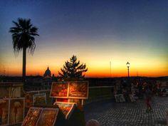 Por do sol do topo das escadarias da piazza di Spagna!  . Lembre-se que nós organizamos o seu transfer do/para o aeroporto e também sua hospedagem! info@emroma.com .  Veja mais no Snapchat Em_Roma  #Roma #europe #instatravel #eurotrip #italia #italy #rome #trip #travelling #snapchat #emroma#viagem #dicas #ferias #dicasdeviagem #brasileirospelomundo #viajandopelomundo #scalinatatrinitàdeimonti #piazzadispagna #sunset #pordosol #tramonto #artistaderua #streetarts