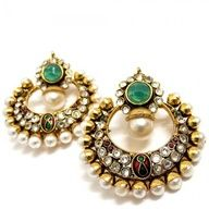 Just the right amount of sparkle to help you stand out! Chandelier earrings from Kraliyet.