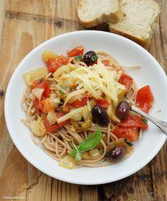 Dinkel-Spaghetti mit Zwiebeln, Tomaten, frischem Basilikum und Kalamata-Oliven // Manchmal schaue ich im Kochlabor nach, was noch so da ist - und schwupps. Klar, eine Grundstimmung muss schon da sein. Und heute war es Pasta. Dinkel-Spaghetti mochte ich früher nicht so, aber sie haben sich erstaunlich verbessert. Ich habe diese al dente gekocht - und fand sie super. Pasta, Spaghetti, Japchae, Summer Recipes, Yummy Food, Healthy Food, Vegan Recipes, Food And Drink, Vegetarian