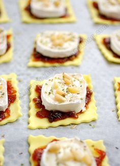 Goat-onion-pine tarts -Toasts and verrines – Agathe's touch – appetizer starters apetizer, muffin dicks, burgers, puff pastries Fingers Food, Cooking Time, Cooking Recipes, Appetisers, Snacks, Chefs, Food Inspiration, Appetizer Recipes, Mini Appetizers