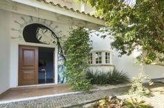 Uma casa com uma arquitetura clássica, bem americana, mas a fachada é moderna e as paredes tem muitas cores: https://www.casadevalentina.com.br/blog/OPEN%20HOUSE%20%7C%20GISELA%20DOS%20SANTOS -------  A house with a classic architecture, American style, but the facade is modern and the colors walls: https://www.casadevalentina.com.br/blog/OPEN%20HOUSE%20%7C%20GISELA%20DOS%20SANTOS