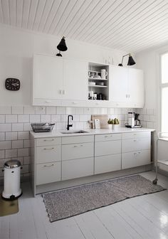 White kitchen with black and brass details Cabinet Lighting, White Kitchen, Small Kitchen, Kitchen, Interior, Kitchen Design, Cozy Room, Black Kitchens, Kitchen Remodel