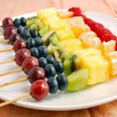 Rainbow Fruit Skewers: Fruit Salad on a Stick! Not quite a fruit salad, but a possibility. Rainbow Fruit Skewers, Fruit Kebabs, Fruit Salad, Healthy School Lunches, Healthy Snacks, Healthy Recipes, Eat Healthy, Kids Party Snacks, Potluck Desserts