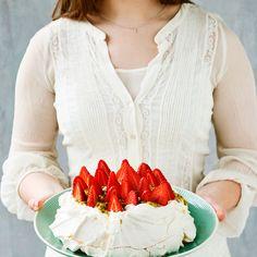 Pavlova med passionsfrugt og jordbær
