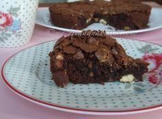 Brownie al cioccolato fondente con nocciole e cioccolato bianco