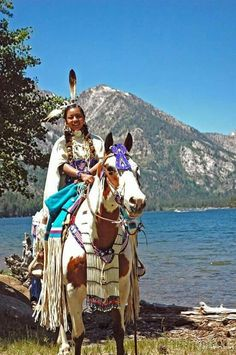 Native American Costumes, Native American Horses, Native American Images, Native American Beauty, American Spirit, Native Indian, Native Art, Indian Tribes, Woman Riding Horse