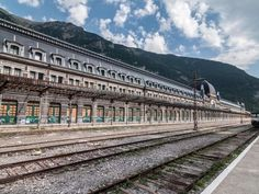 Spain's glamorous Canfranc Station has led quite a dramatic life. When it opened in 1928, it was the... - Alamy