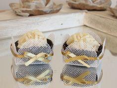 Forminhas de Doce - caixetas em tela branca com laço. Decoração para mesa de doces de Casamento, Chá de Bebê, Chá de Casa Nova, Chá de Lingerie, Formaturas, 15 anos.