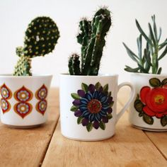 Do you have some vintage teacups you want to display? Use them as planters for your cacti! (in Dutch)