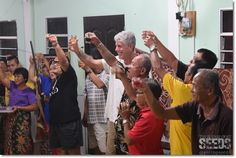 Ohaaa! Celebrity chef Anthony Bourdain was seen celebrating Gawai and toasting the 'ai pengayu' with the locals.