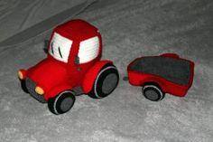Häkle Deinem Kind jetzt einen knallroten Traktor mit Anhänger. Dein Kind wird sich sehr freuen, fang gleich an mit der Schritt für Schritt Häkelanleitung.
