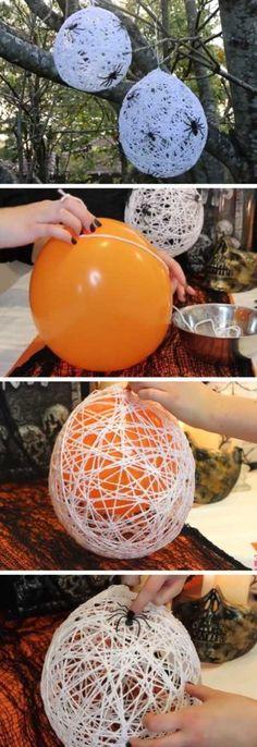 Utiliza estambres y globos para hacer telarañas Crea telarañas con ayuda de globos, estambre y resistol. Solo sumerge el estambre en resistol con agua y enreda alrededor del globo inflado. Espera a que seque, poncha el globo y tendrás una manualidad reciclada para Halloween.